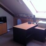 Interiér - kancelária so strešným oknom.